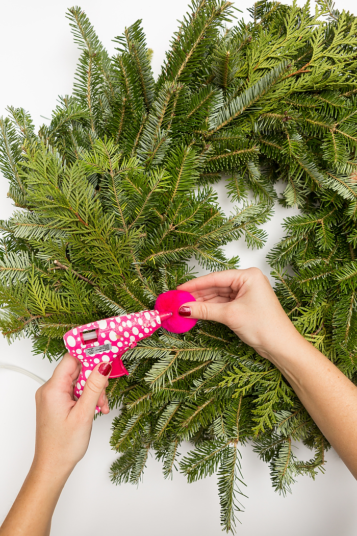 Weihnachtskranz aus echten Tannenzweigen selber machen, mit bunten Bommeln verzieren