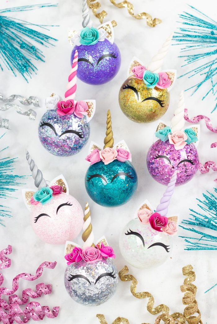 Einhorn Weihnachtskugeln selber machen, mit Glitzer füllen, Ohren und Horn aufkleben