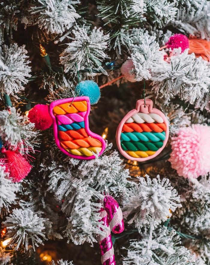 Weihnachtsschmuck aus Modelliermasse selber machen, Christbaumkugel und Weihnachtsstrumpf