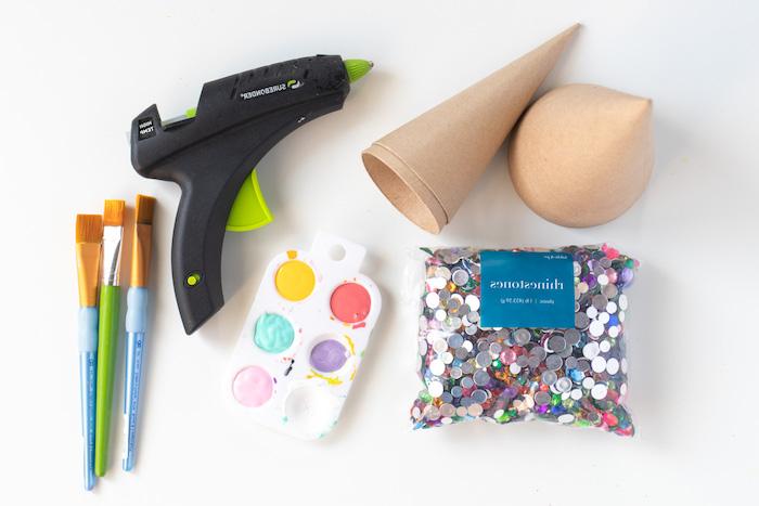 Materialien für DIY Weihnachtsbäume, Kegel aus Karton, Acrylfarben und Pinsel, Heißkleber und Pailletten