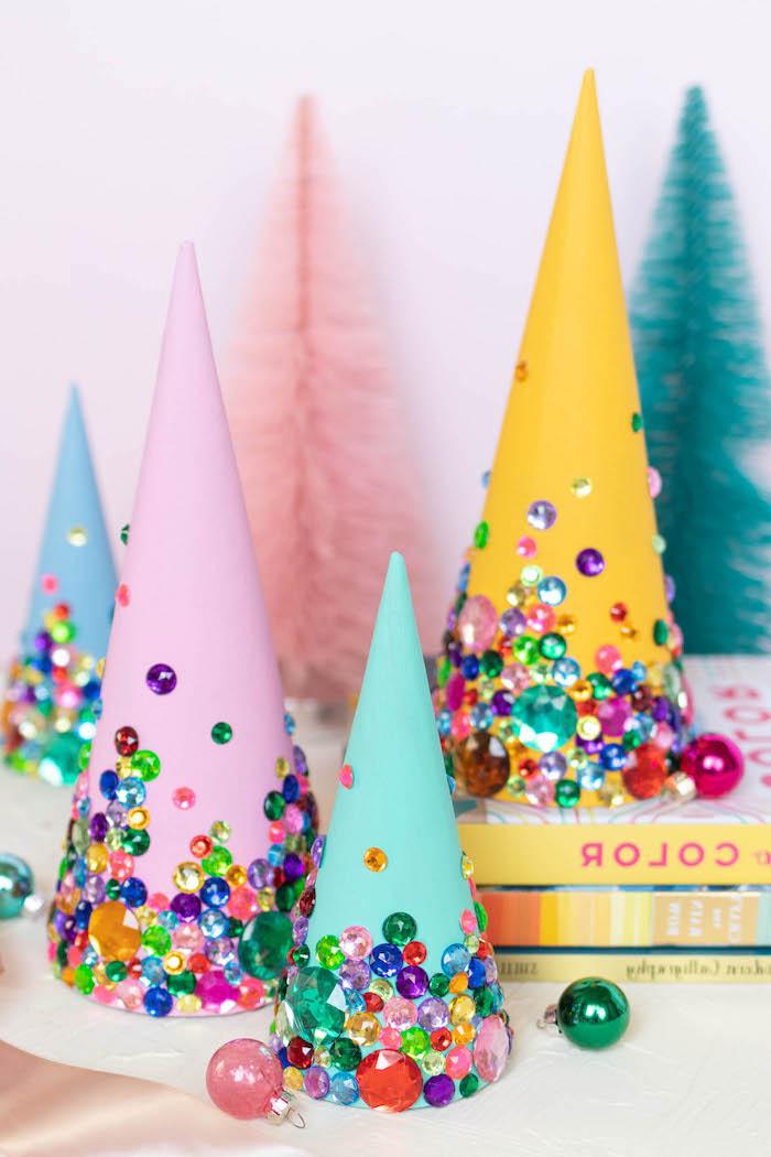 DIY kleine Weihnachtsbäume, Kegel aus Karton mit bunten Perlen verzieren