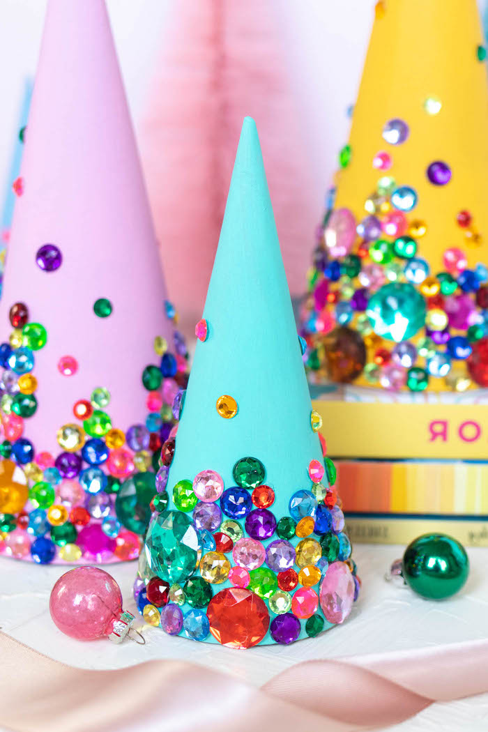 Mini Weihnachtsbäume selber machen, aus Karton Kegeln, mit bunten Perlen verziert