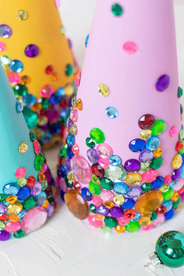 Kegel aus Papier basteln, mit bunten Perlen dekorieren, Weihnachtsdeko selber machen