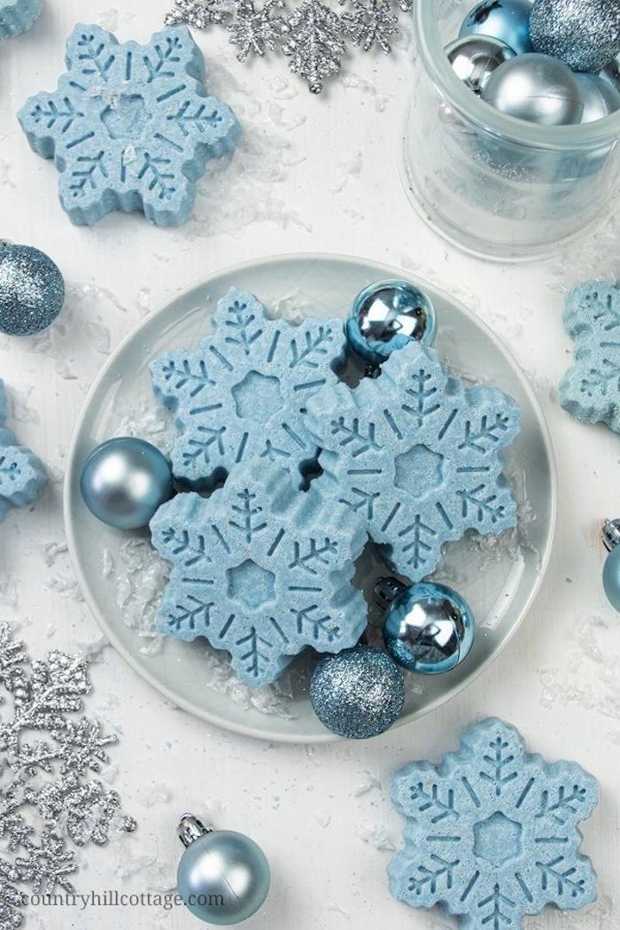DIY blaue Badekugeln in Form von Schneeflocken, blaue Mini Christbaumkugeln