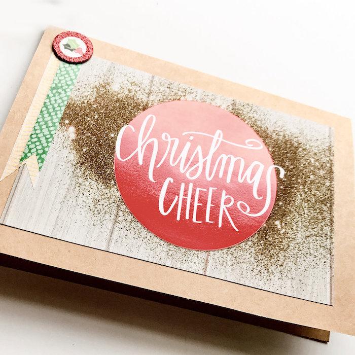 DIY Weihnachtskarte, weiße Aufschrift in roter Christbaumkugel, goldener Glitzer