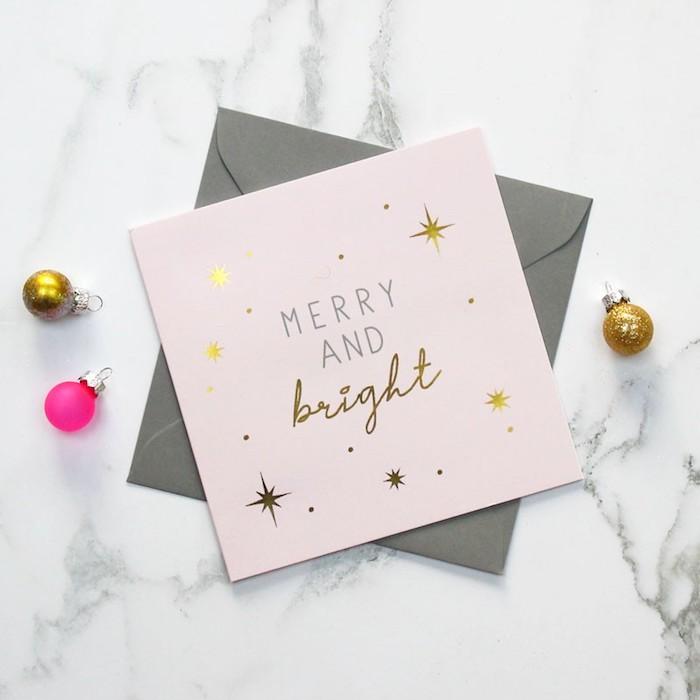 Simples Design für Weihnachtskarten, Aufschrift Merry and Bright und kleine goldene Sterne