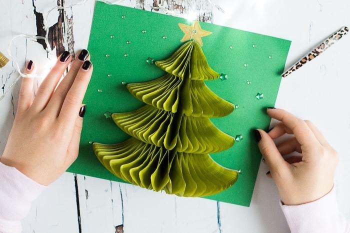 Geöffnete Pop Up Karte mit Weihnachtsbaum, Stern auf die Spitze malen, kleine Perlen aufkleben
