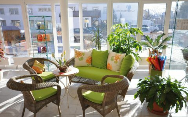 wintergarten-gestalten-grüne-möbel