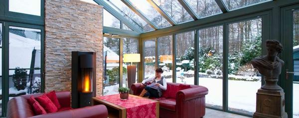wintergarten-gestalten-rote-möbel