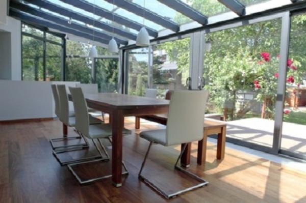 Wintergarten gestalten - mit vielen weißen stühlen