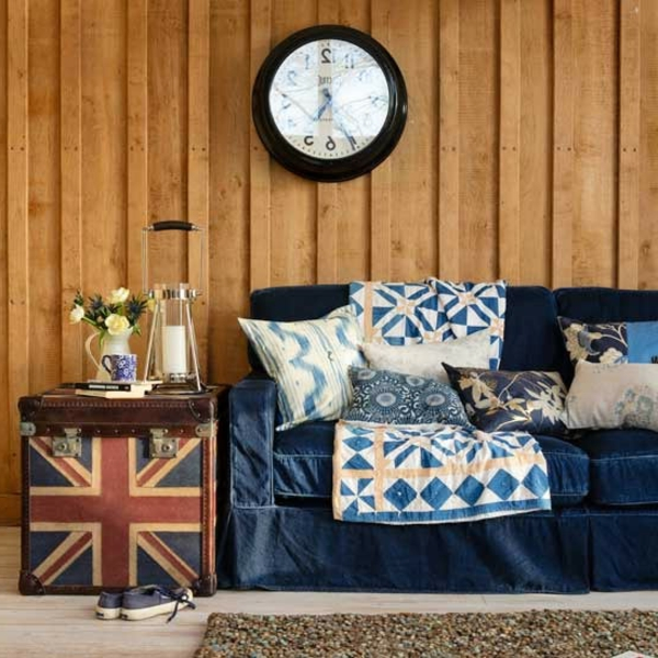 wohnzimmer-rustikal-dekokissen-auf-dem-sofa