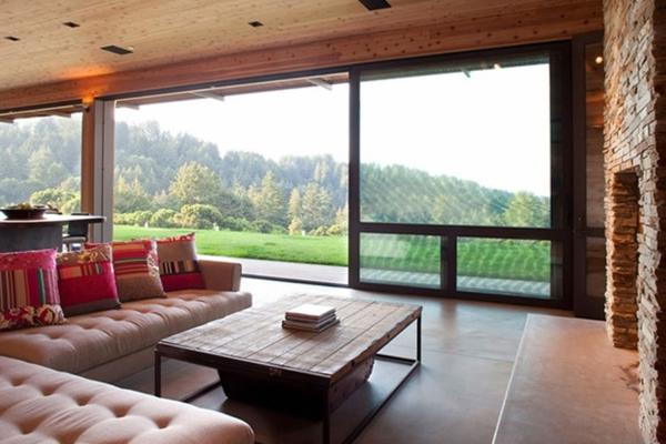 wohnzimmer-rustikal-große-gläserne-wände