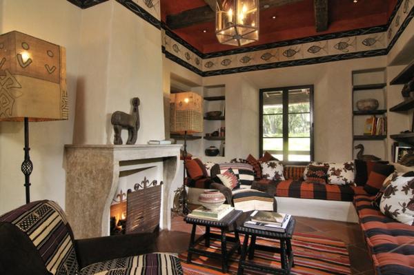 interessante möbel in einem rustikalen wohnzimmer