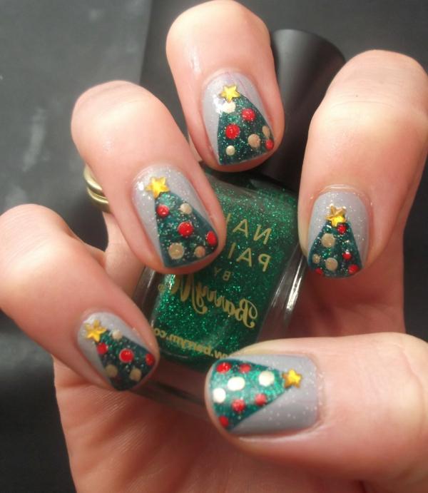 wunderbar-originell-verzierte-Nägel-Weihnachtsnägel-mit-grünen-Tannenbäumen