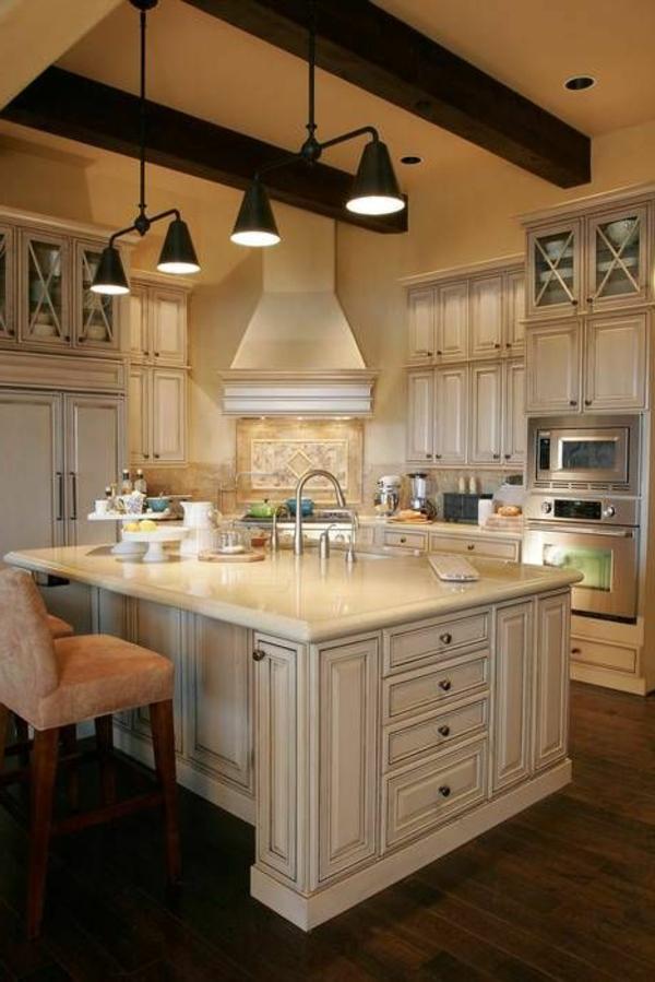 wunderbare-Einrichtung-mit-weißen-Küchenschränken