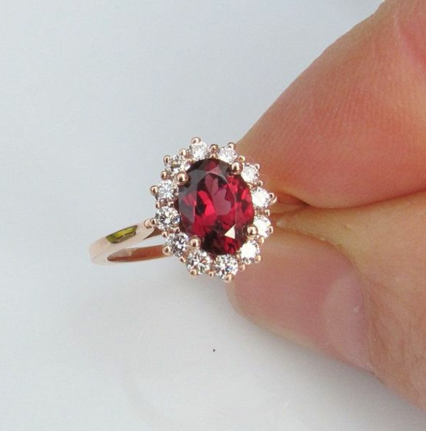 wunderbarer-Verlobungsring-Rot