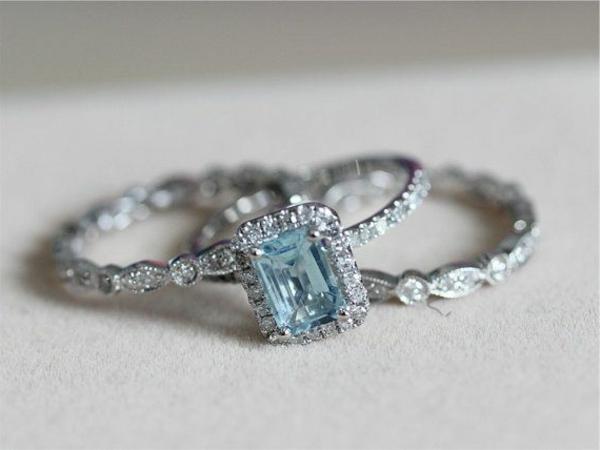 wunderbarer-Verlobungsring-mit-.blauem-Stein