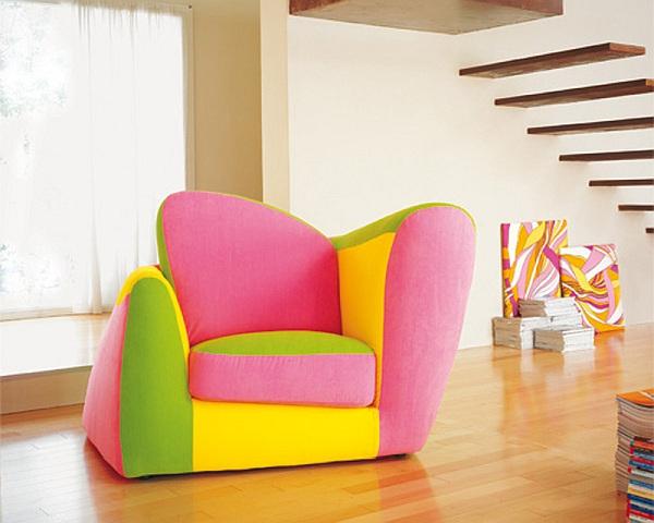 wunderbares-Interior-mit-Neonfarben-Couch-Wohnzimmer