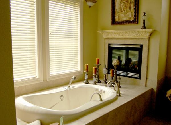 wunderschönes-bad-mit-interessanten-rollos-für-badfentser