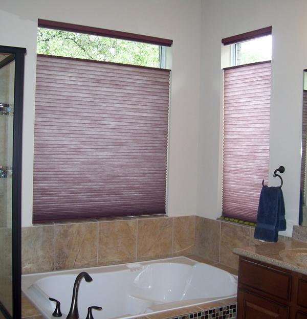wunderschönes-badezimmer-mit-lila-rollos-für-badfentser