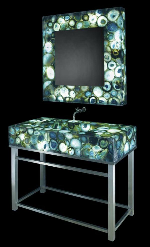 wunderschönes-beeindruckendes-badezimmer-mit-einem-designer-badspiegel