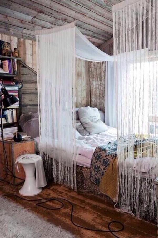 zimmer-einrichtungsideen-bett-mit-weißen-gardinen-im-schlafzimmer