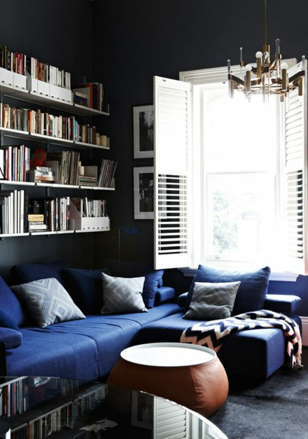zimmer-einrichtungsideen-blaues-ecksofa-im-wohnzimmer