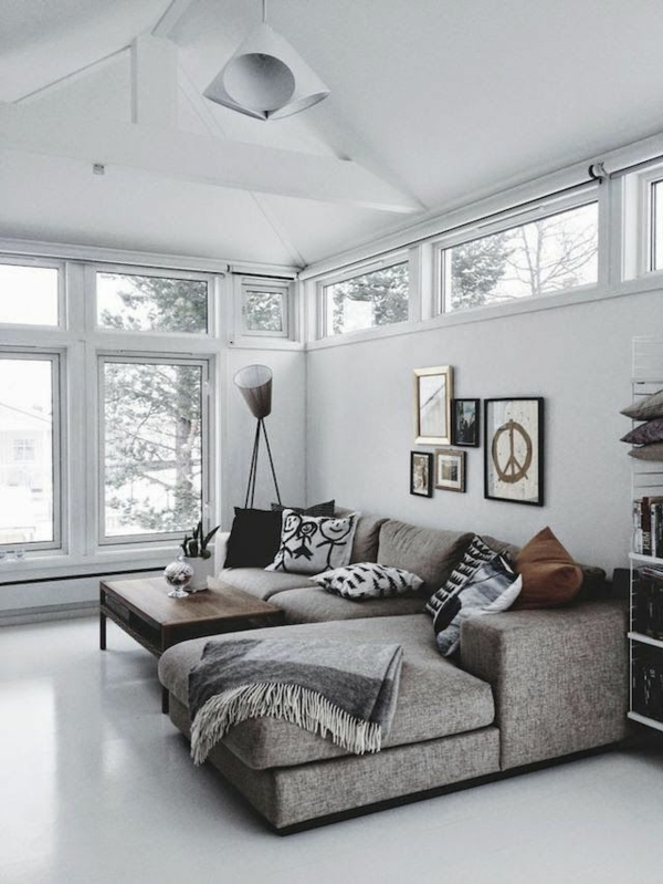 zimmer-einrichtungsideen-großes-weißes-wohnzimmer-mit-hoher-decke