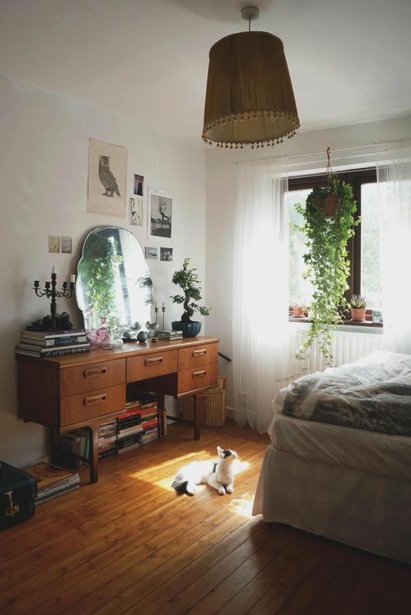 zimmer-einrichtungsideen-schöner-runder-spiegel-im-schlafzimmer