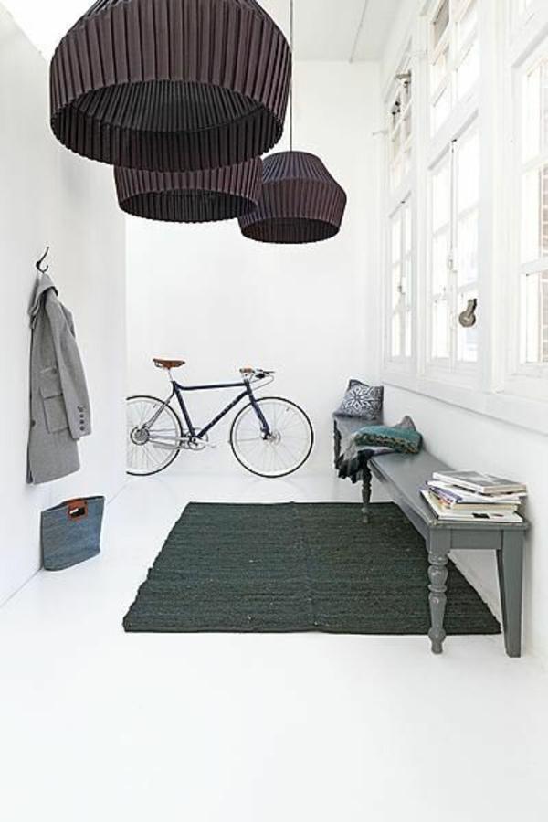 zimmer-einrichtungsideen-weißer-flur-mit-einem-fahrrad-drin-und-mit-modernen-hängenden-lampen