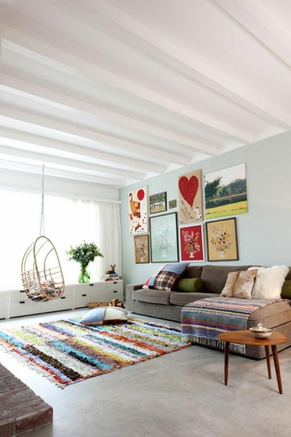 zimmer-einrichtungsideen-weißes-wohnzimmer-mit-einem-bunten-teppich