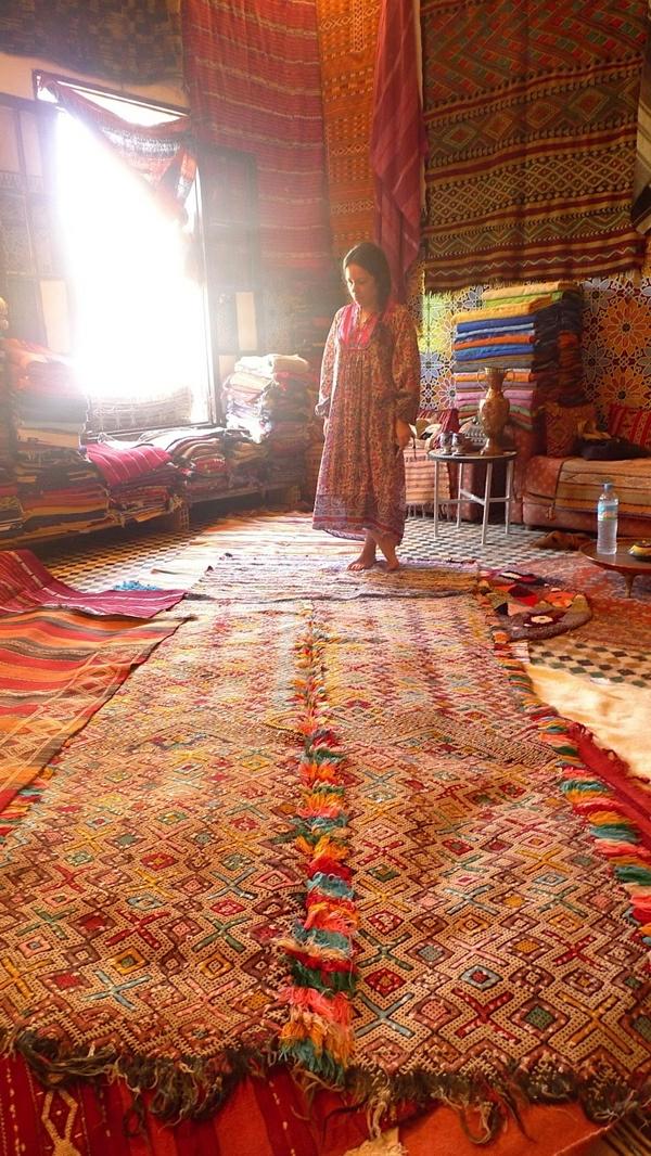 zimmer-mit-einem-schönen-marokkanischen-teppich