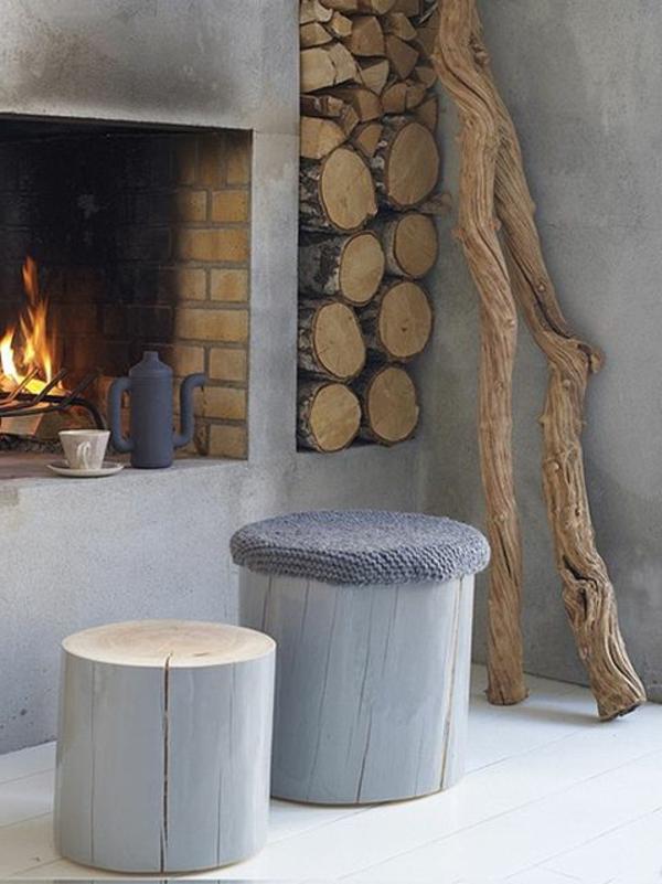 zwei-Hocker-in-Grau-gestreicht-aus-Holzstamm