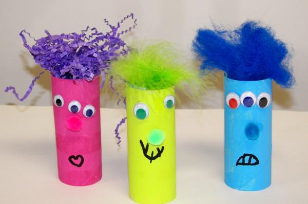 bastelideen für kindergarten - drei bunte papier und karton - puppen - rosig, gelb und blau
