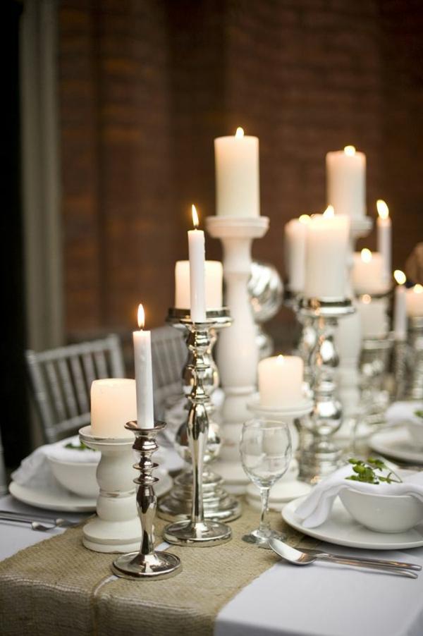 weiße weihnachtsdeko - kerzen in weiß auf dem tisch