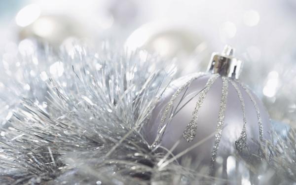 weiße weihnachtsdeko - künstlicher tannenbaum in weißer farbe