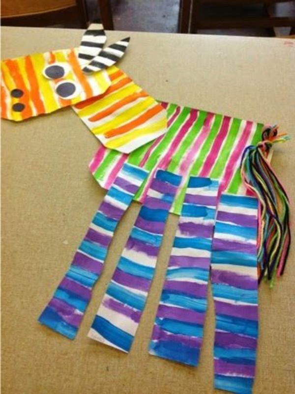 bastelideen für kindergarten - pferd aus buntem papier - auf den tisch gelegt