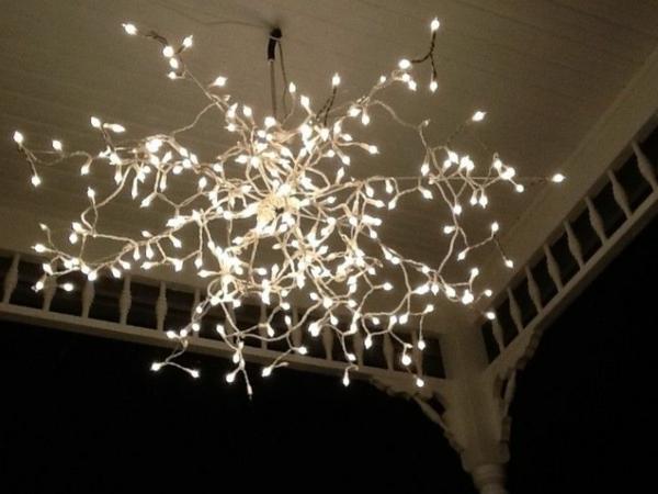 weiße weihnachtsdeko - eleganter kronleuchter, der leuchtet
