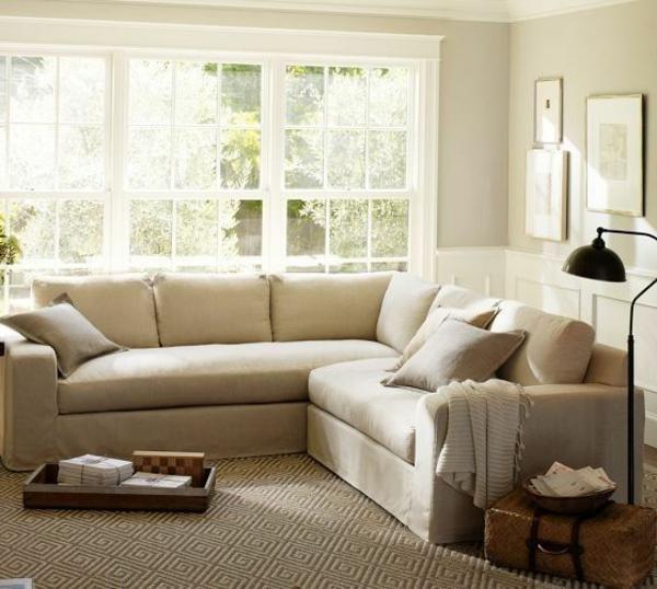sofa in weißer farbe - mit schönen dekokissen