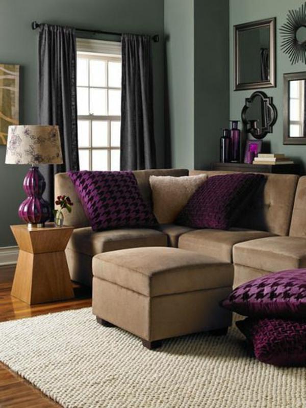 kleines wohnzimmer einrichten - ecksofa und lila dekokissen