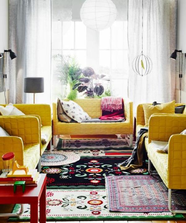 kleines wohnzimmer - möbel in gelber farbe