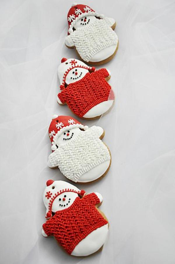 weiße weihnachtsdeko - schneemänner, die selbstgestrickt sind
