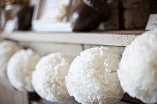 weiße weihnachtsdeko für den kamin - weiße kugeln