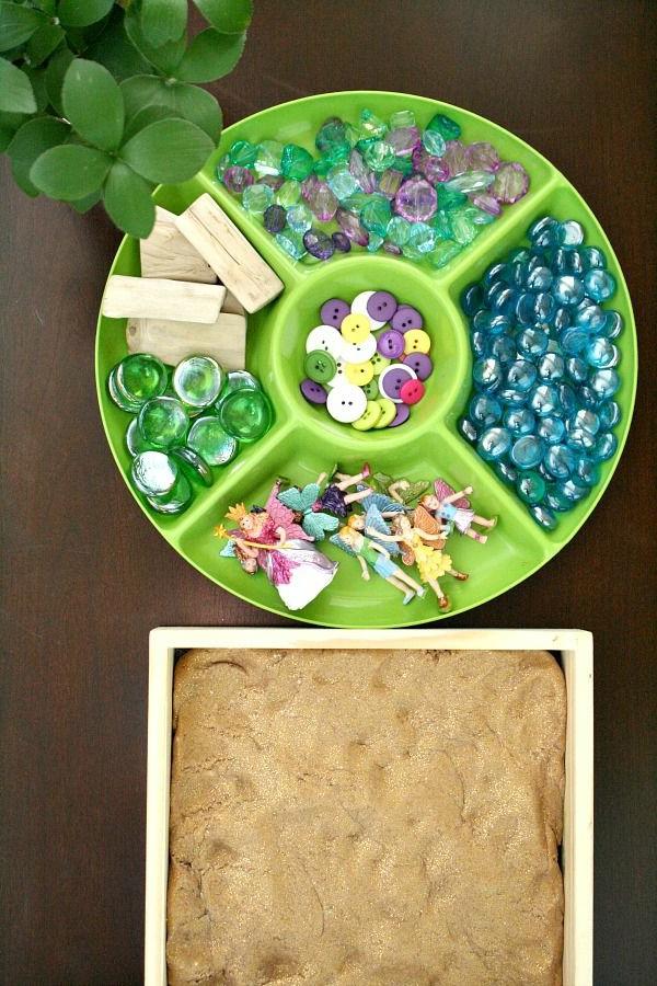 bastelideen für kindergarten - knöpfe und steine - foto von oben genommen