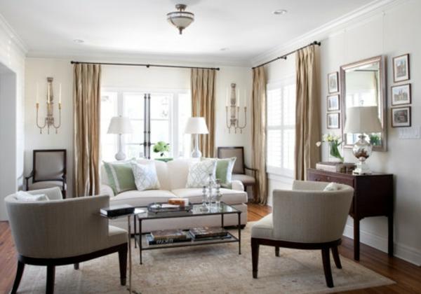 wohnzimmer einrichten - helles sofa mit dekokissen