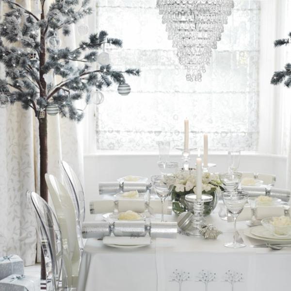 weiße weihnachtsdeko - fürs esszimmer - kerzen auf dem tisch