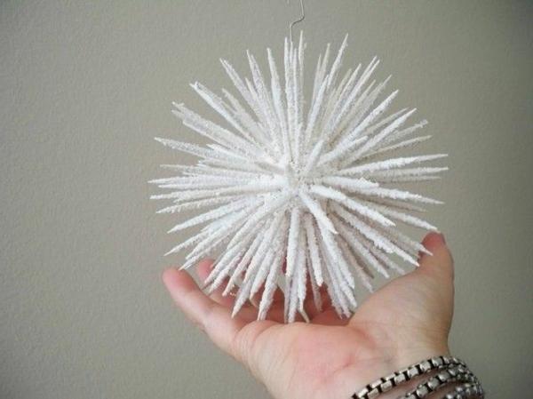 weiße weihnachtsdeko - ein schöner dekoartikel, den man an den tannenbaum aufhängt