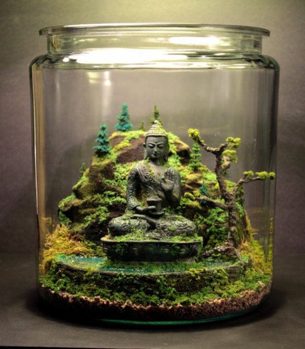 buddha statue in einem schönen terrarium