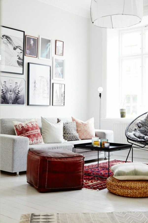 kleines wohnzimmer einrichten - viele bilder an der weißen wand