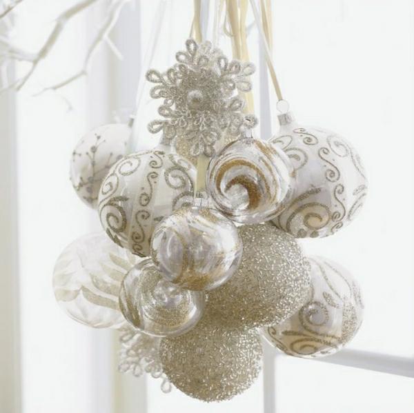 weiße weihnachtsdeko - schöne hängende kugeln
